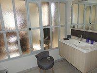 chambre-hote-familiale-salle-bains-chateauneuf-les-bains-auvergne-puy-de-dome-63